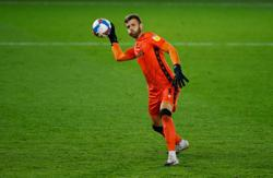 Soccer-Norwich sign goalkeeper Gunn from Southampton