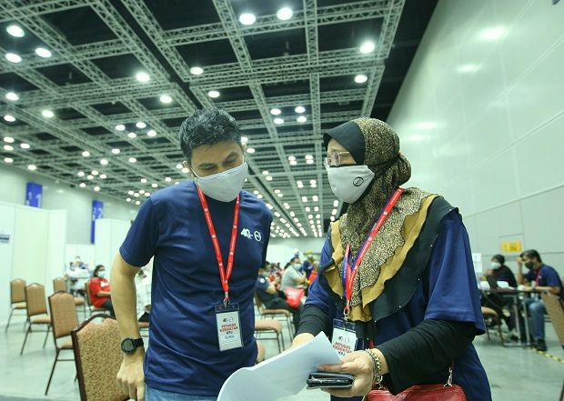 Suriaghandi in discussion with KPJ's regional CEO Dr Munirah Khudri on the vaccine programme at the KL Convention Centre.