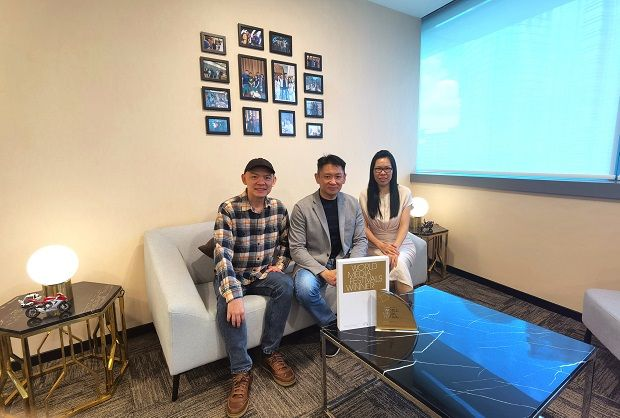(From left) Wong, Chang and ACE Pictures business affairs vice president Emma Lee with the award.