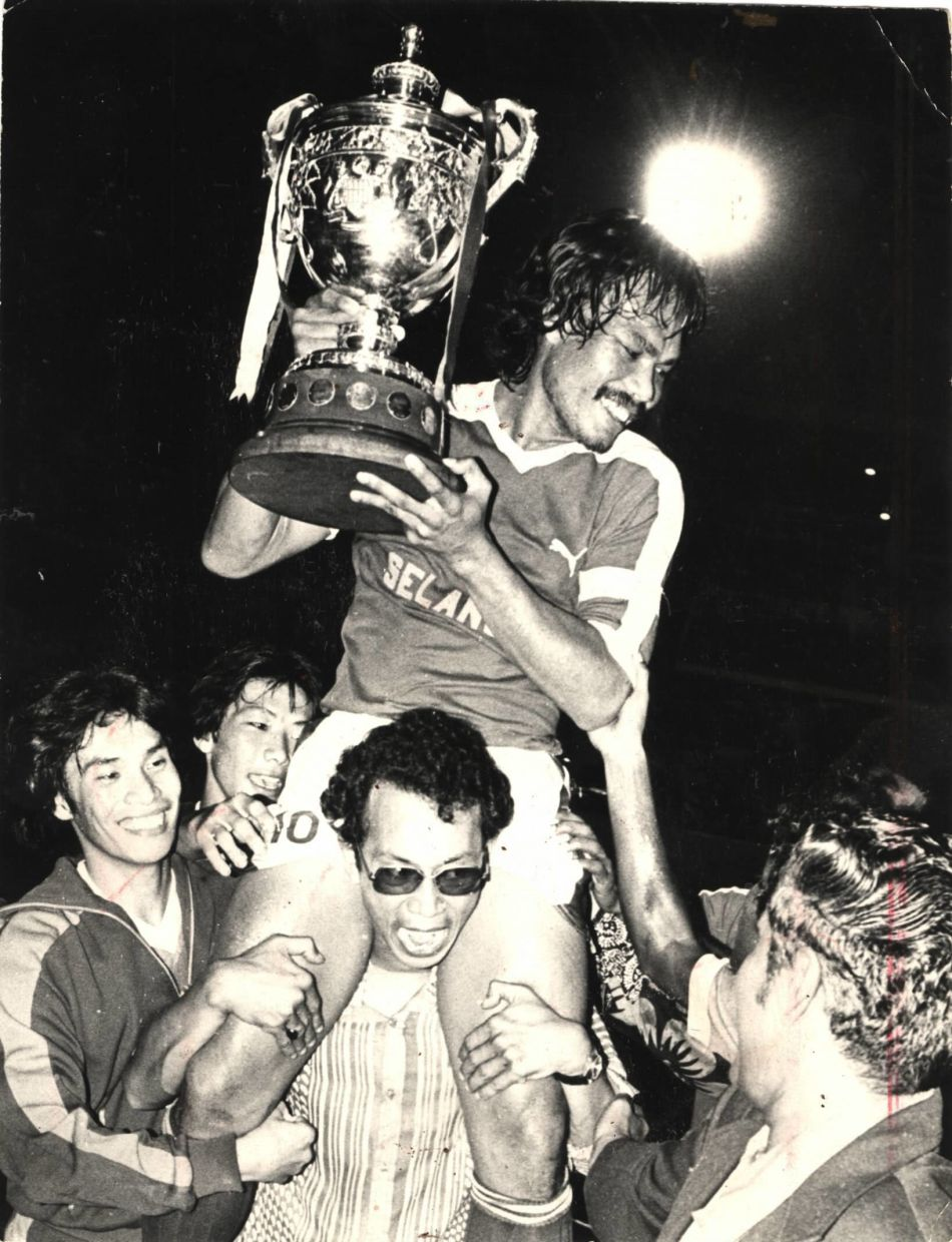 The late Mokhtar Dahari holding aloft the Malaysia Cup after Selangor's win in 1979. – Photo: THE STAR/C.H. Loh