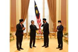 King hands Jalur Gemilang to Malaysia's Olympics and Paralympics contingent