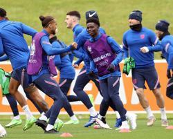 Soccer-Saka returns for England, Danes unchanged