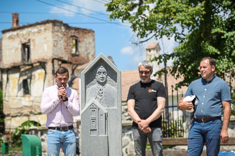 Faida (dreapta) în timp ce participa la deschiderea unei statui care îl înfățișează pe Samuel von Brukenthal, conducătorul habsburgic al Transilvaniei, în Micasa, România.