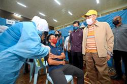 Mountain guides and porters get their jabs