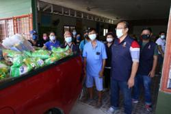 Sabah politicians set aside differences to send out food aid for the needy