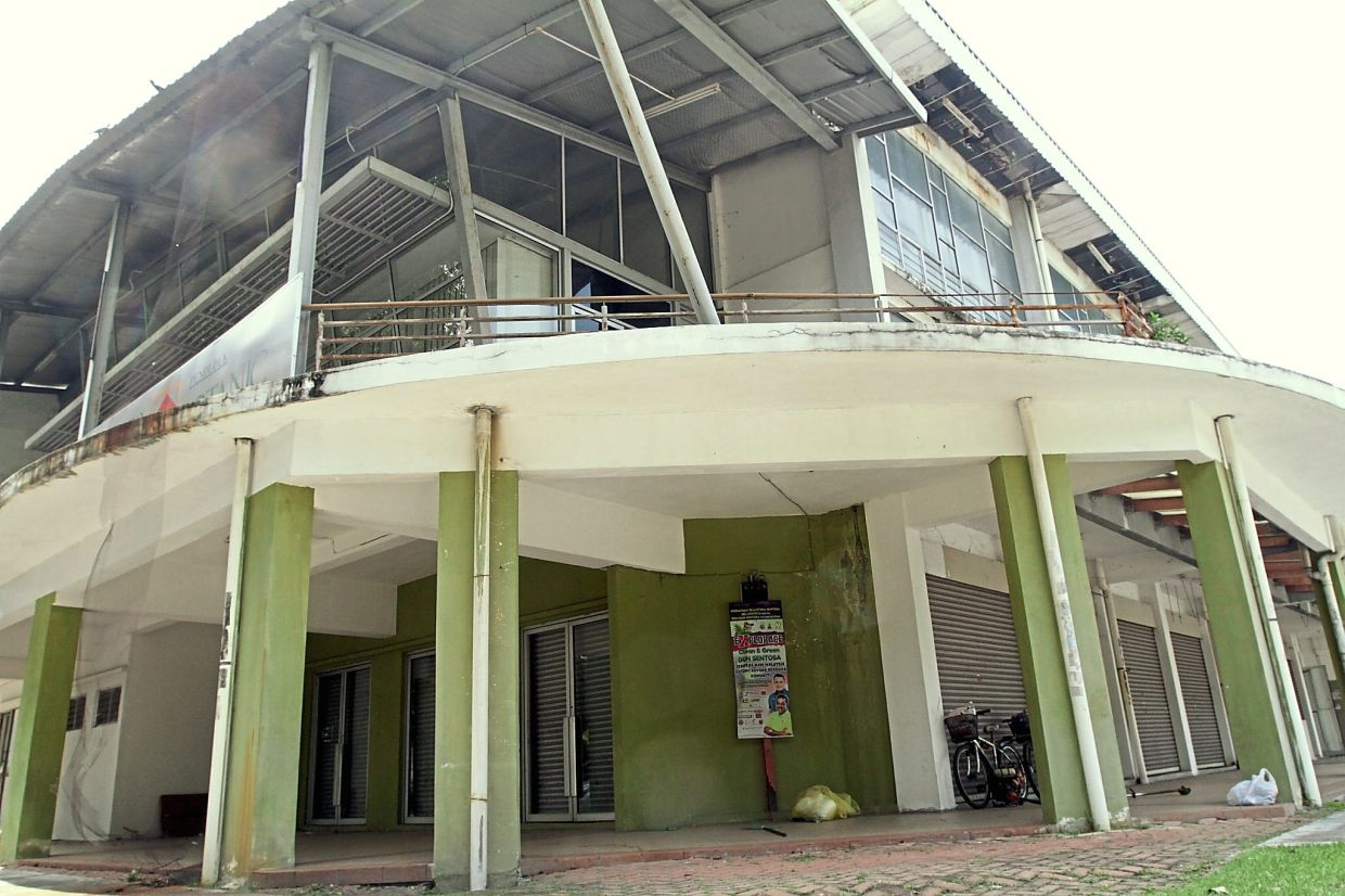 The hall's facade is also in a dilapidated state.