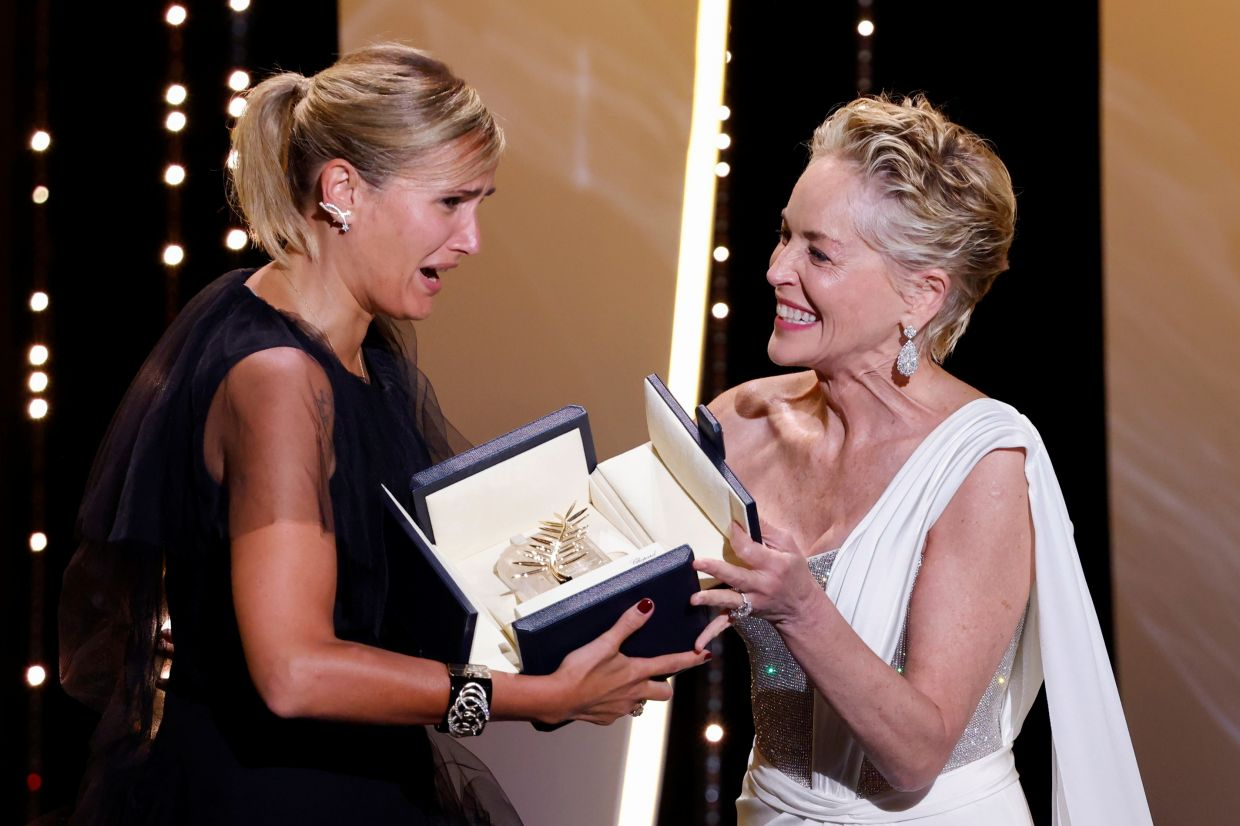 Director Julia Ducournau receives the Palme d'Or award for the film 'Titane' from Sharon Stone. – Photo: Reuters