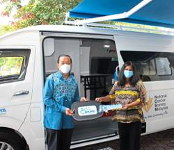 Foundation gives medical mobile screening van to cancer society