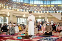 PM and wife pray at Masjid Negara