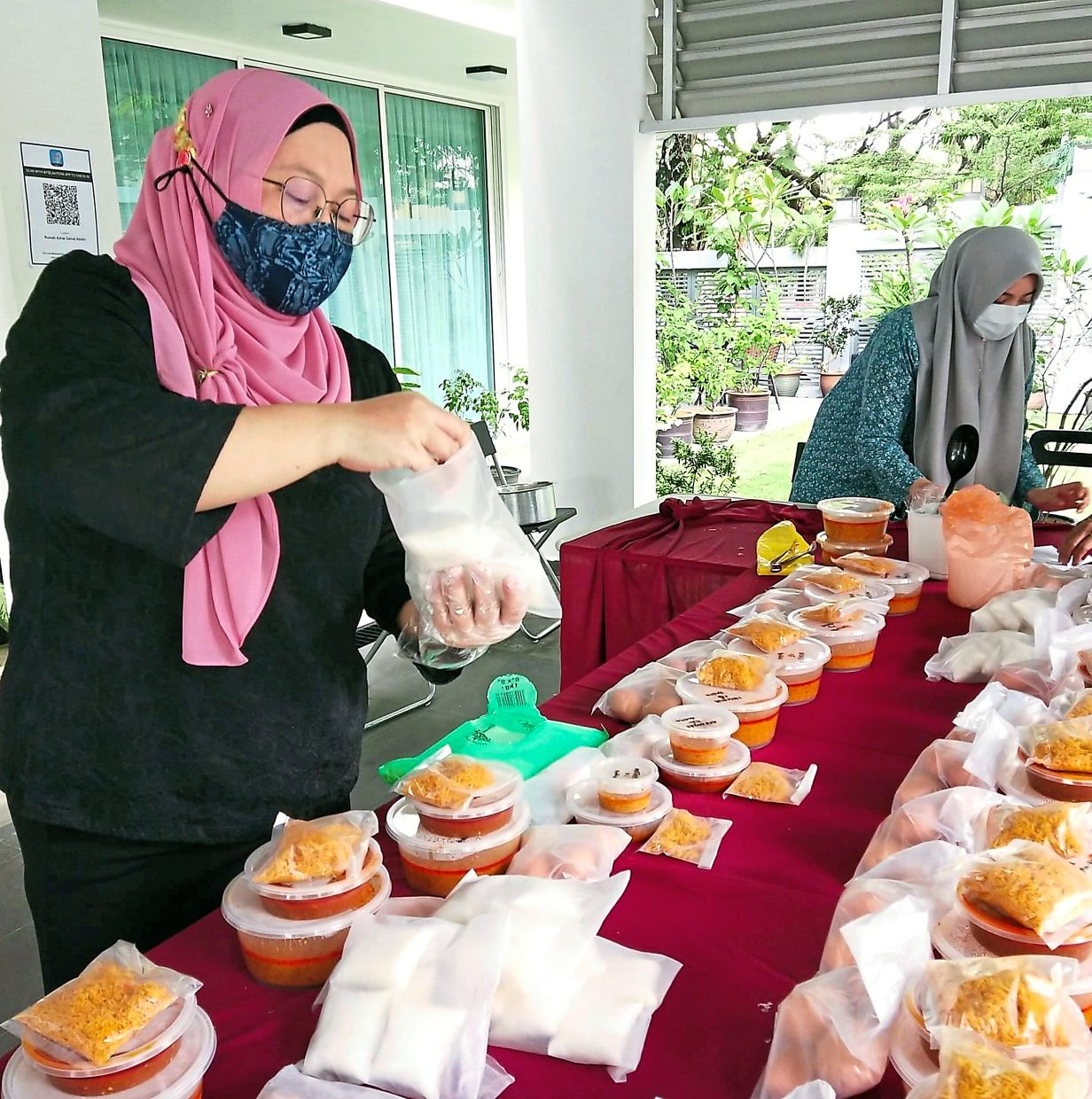 Bukit Setiawangsa Residents Association members packing food cooked by residents in their own kitchens.