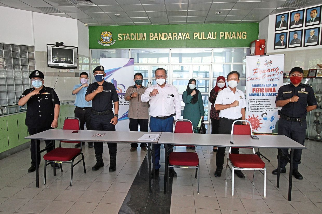 Jagdeep (middle) flanked by ACP Soffian (second left) and Penang Island City Council mayor Datuk Yew Tung Seang with other officials gesturing to show commitment in battling Covid-19 after the press conference.