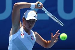 Olympics-Tennis-Swiatek makes quick start as Tokyo heat takes a toll