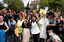Protesters opposed to COVID measures clash with police in Paris