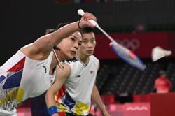 Win or lose, do your best in the next game, Dr Wee says as he cheers on Peng Soon-Liu Ying