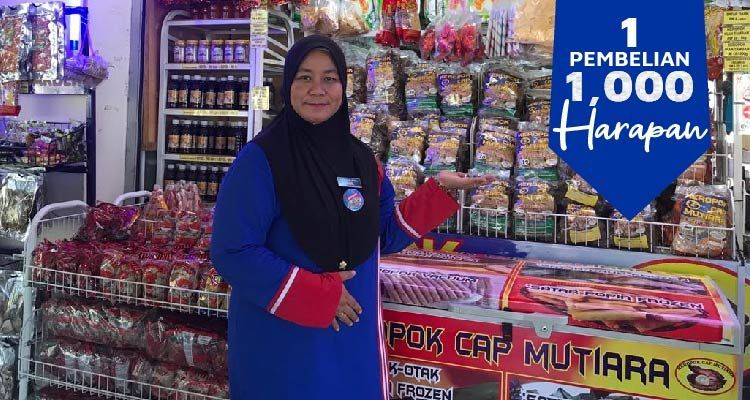 Nur Akmal Alias' keropok lekor business is down by 90% as people are not allowed to travel. – Photo taken before the pandemic.