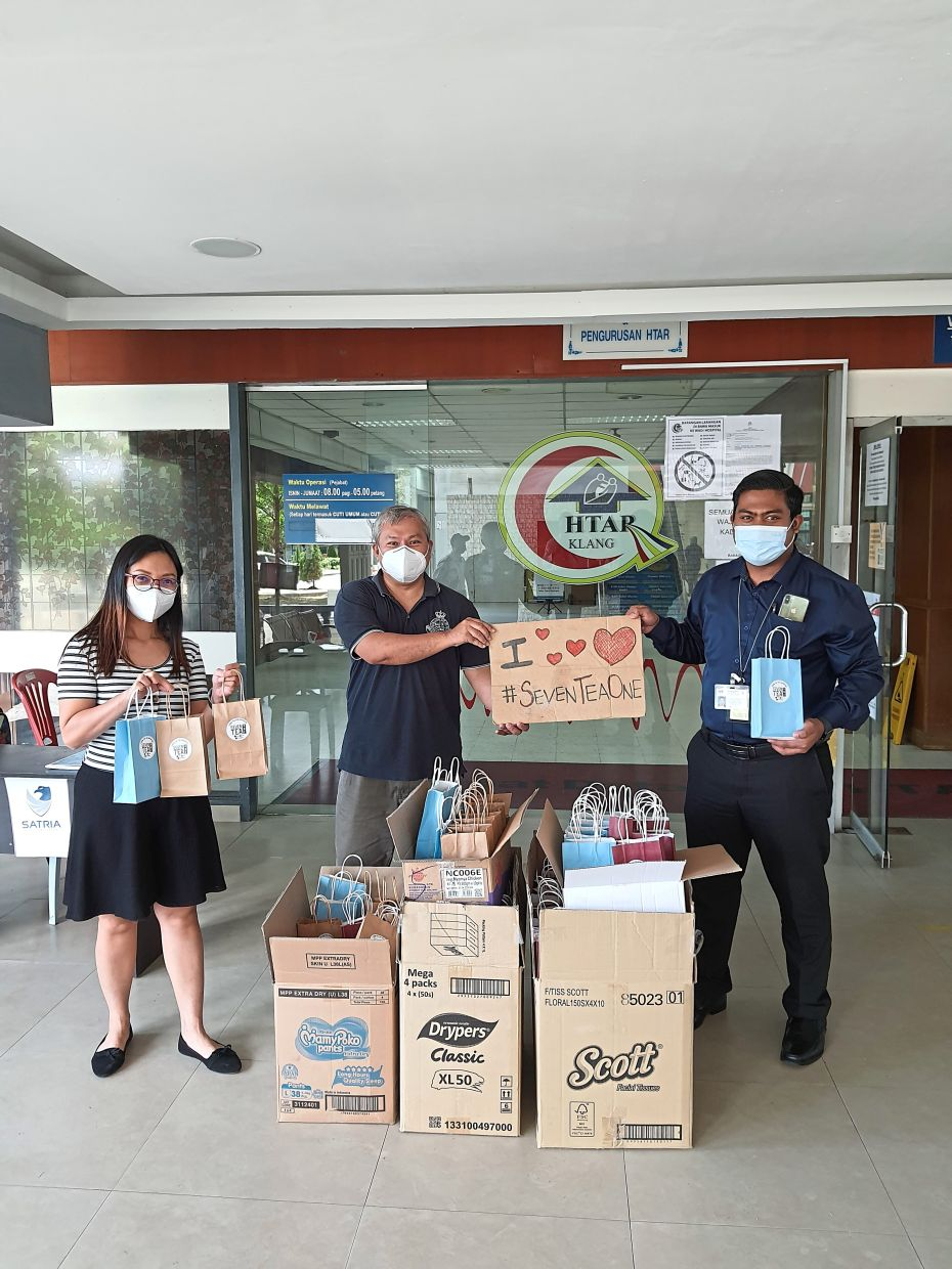 Seven Tea One co-founder Lai (centre) delivering cooked meals and gifts to Hospital Tengku Ampuan Rahimah in Klang under their  #WeAreTogether campaign.