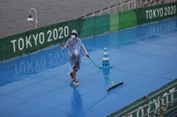 Olympics-Triathlon-Storm delays start of women's race