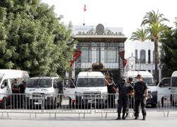 Tunisian Islamists move to ease tensions, unions demand roadmap
