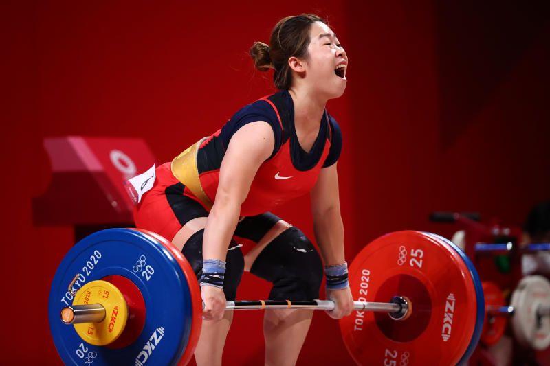 Tokyo 2020 Olympics - Weightlifting - Women's 59kg - Group A - Tokyo International Forum, Tokyo, Japan - July 27, 2021. Thi Duyen Hoang of Vietnam in action. - Reuters