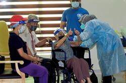 Centenarian great-great-grandma shows the way