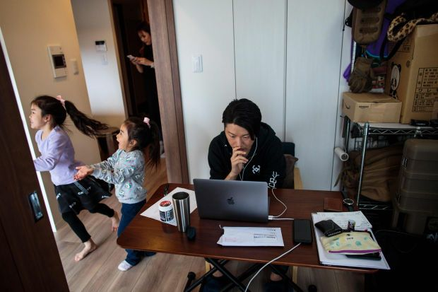 'Work from home' at a Japanese house. - Filepic