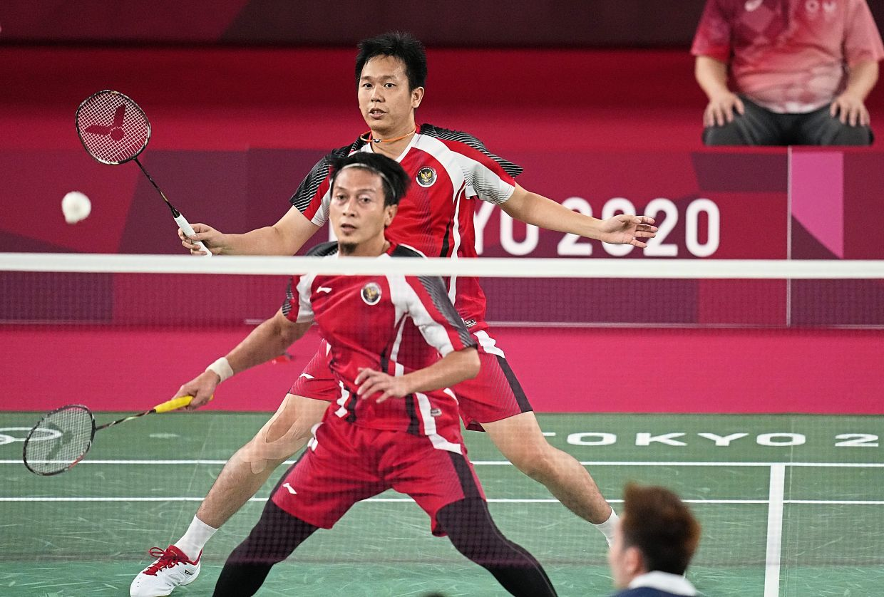 Not good enough: Indonesia's Mohammad Ahsan (front) and Hendra Setiawan in action against Aaron Chia-Soh Wooi Yik during their men's doubles bronze-medal playoff. — AP