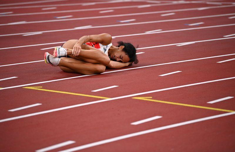 Olympics-Athletics-World champion Johnson-Thompson out injured, Vetter leads heptathlon