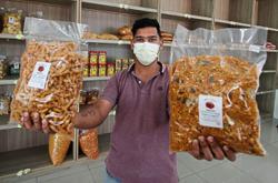'Kacang putih' seller in Ipoh waiting for tourists to return