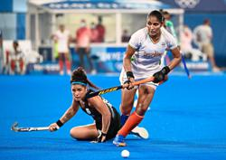 Argentina beat India to face Holland in women's final