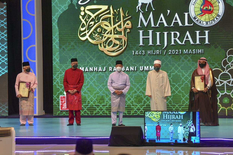 Prime Minister Tan Sri Muhyiddin Yassin (third from left), Deputy Prime Minister Datuk Seri Ismail Sabri Yaakob (second from left) and Minister in the Prime Minister's Department (Religious Affairs) Senator Datuk Dr Zulkifli Mohamad Al-Bakri (second from right) Saudi Arabian ambassador Datuk Dr Mahmoud Hussien Saeed Qattan, who represented As-Syeikh Dr Muhammad Abdulkarim Al-Issa, who was named international Tokoh Maal Hijrah. Also present was National Tokoh Maal Hijrah Tan Sri Syaikh Ismail Muhammad (left), who is a former Istana Negara Grand Imam. - Bernama pic