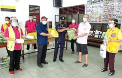 Food baskets for 30 vaccinated residents in Pasir Pinji