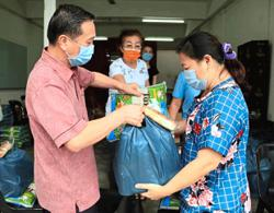 MP keeps up efforts to feed needy in Pekan Nanas, Kukup
