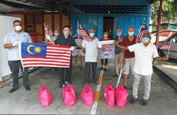 RT distributes Jalur Gemilang and food aid for National Day