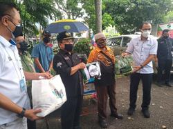Ministry hands over food aid to 500 people