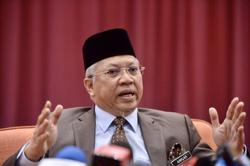 Annuar Musa defends himself for not wearing face mask, says he was exercising