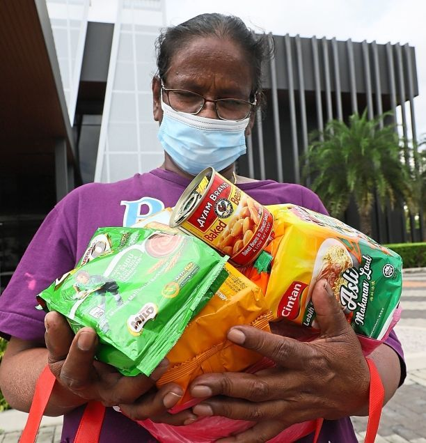 Jenambal showing the food items she received.