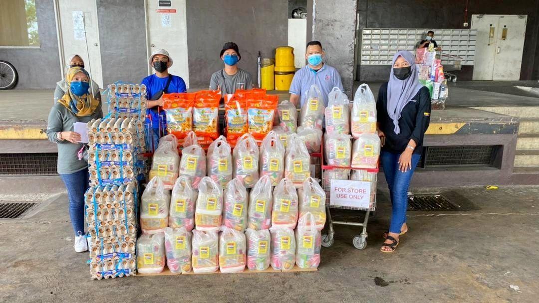 Volunteers collecting aid bought by donors at Ta Kiong Supermarket for 52 families in Sadong Jaya, Samarahan. — Photo courtesy of Kuching Food Aid