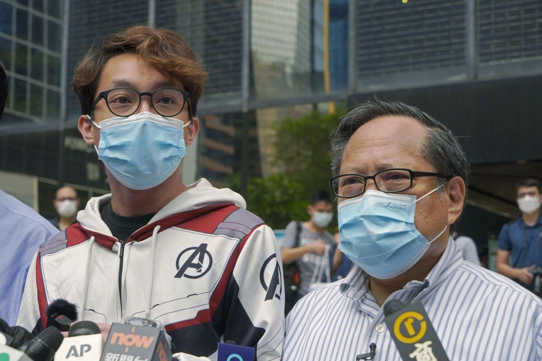 Na fotografiji 17. maja 2021 je prikazano, da sta demokratska aktivista Figo Chan Ho-woon (levo) in Albert Ho govorila z mediji pred sodiščem v Hongkongu.