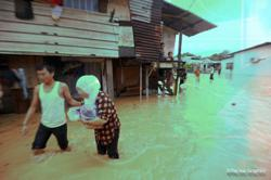 Sabah floods: Search for missing Inanam driver continues, 75 still at Beaufort relief centre