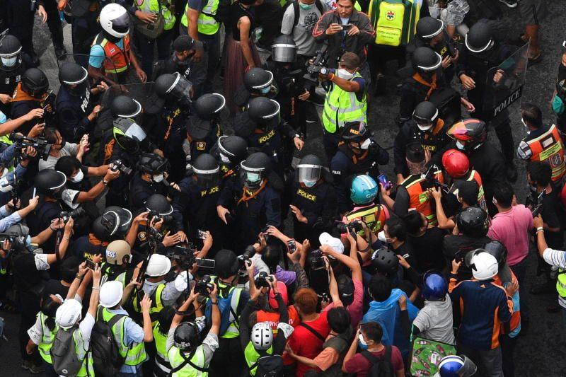 Polisi anti huru hara bentrok dengan pengunjuk rasa anti-pemerintah selama protes terhadap penanganan pemerintah terhadap pandemi COVID-19 dan menuntut pengunduran diri Perdana Menteri Thailand Prayut Chan-o-cha, di distrik Din Daeng Bangkok, Thailand, 7 September 2021 .- Reuters