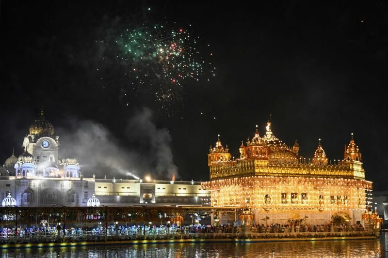 Umat Sikh menyaksikan kembang api meledak untuk menandai peringatan 417 tahun pemasangan Guru Granth Sahib di atas Kuil Emas yang diterangi di Amritsar pada Selasa (7 September 2021).  - Agen Pers Prancis