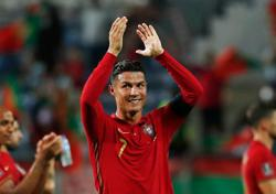 Soccer-Ronaldo could play until he's 40, says Rooney