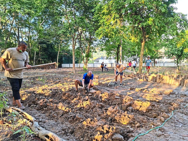 Taman Kelab Ukay residents preparing the vegetable patch at the community garden.