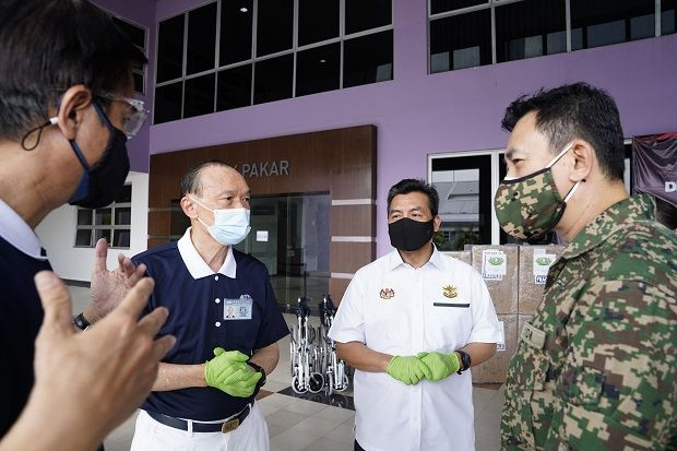 Top Glove collaborated with Tzu Chi to deliver personal protective equipment (PPE) to Hospital Angkatan Tentera Tuanku Mizan.