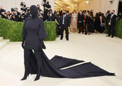 Kim Kardashians bizarre Met Gala outfit got all the Twitter shade