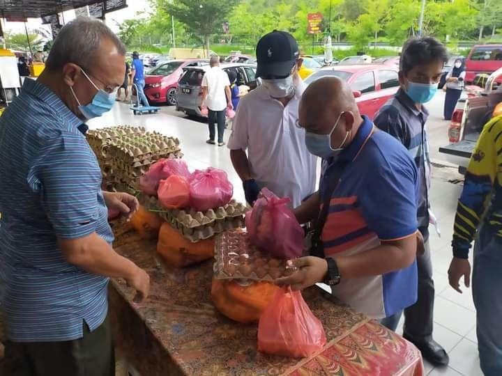 Volunteers from Masjid Qaryah Ibnu Khaldun Lavender Heights helping to distribute rations to the less fortunate.