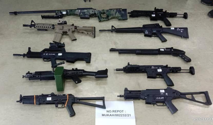 Cops arrest six Indonesians, seize 17 replica weapons in Mukah