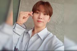 Seventeen's Seungkwan learns to play badminton in new variety show 'Racket Boys'