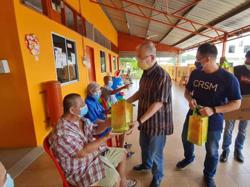 Dr Wee spreads cheer at Yong Peng old folks home