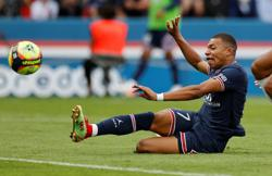 Soccer-Mbappe expected to be in PSG squad for Lyon clash